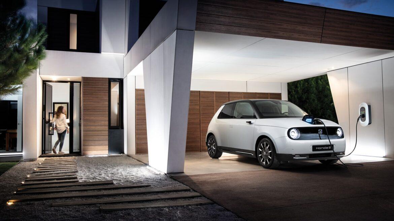 Honda e na garagem de casa