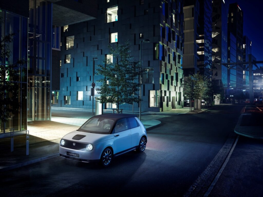 Carro elétrico Honda e parado na cidade à noite