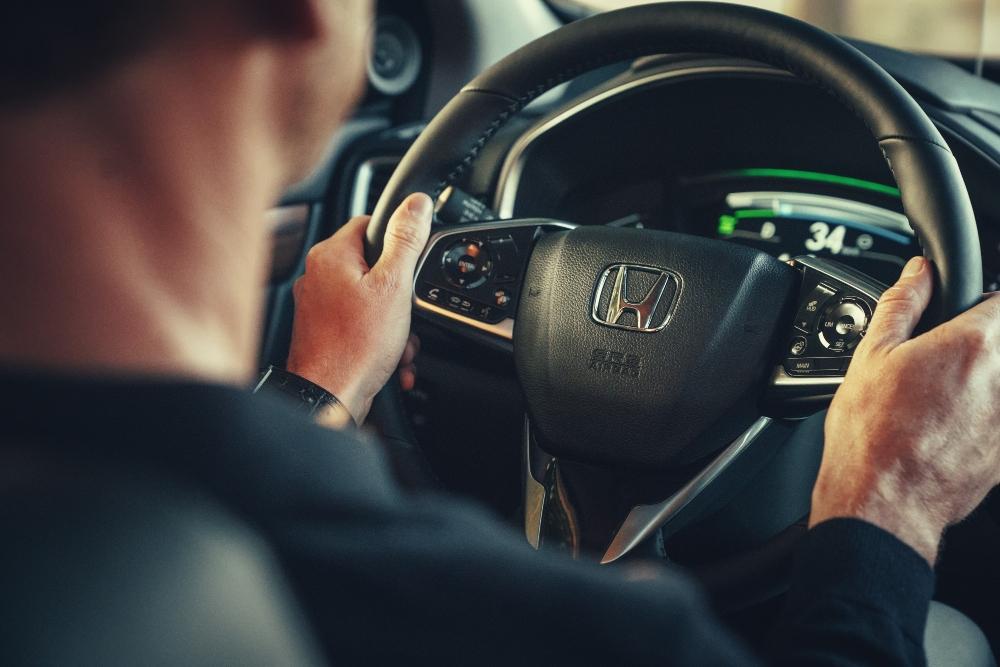 Condutor ao volante do Honda CR-V Hybrid