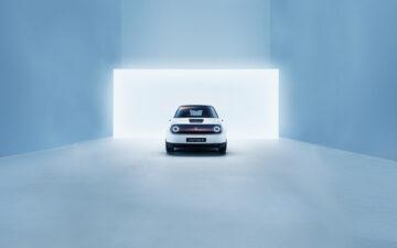Honda e em ambiente branco