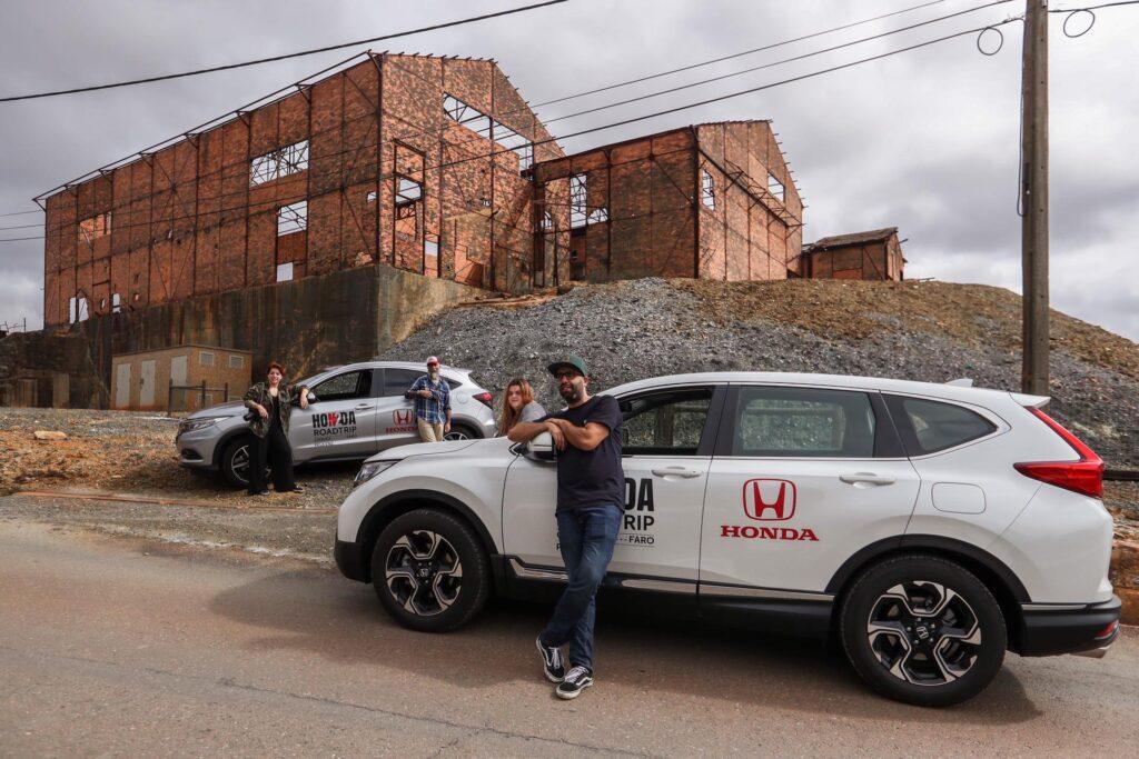 Quatro pessoas com o Honda CR-V
