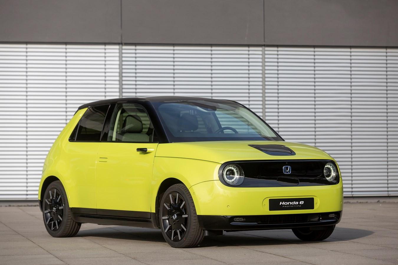 Honda e amarelo na estrada