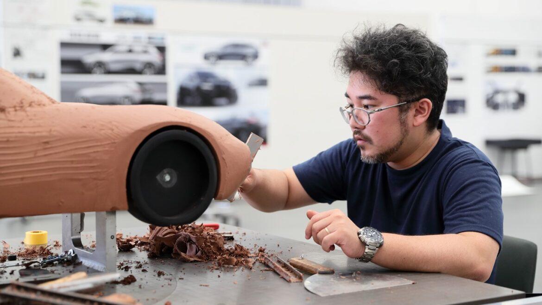Designer Honda a modelar carro com argila