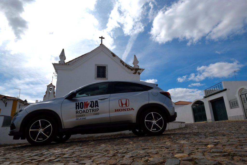 Honda HR-V ao lado de uma capela
