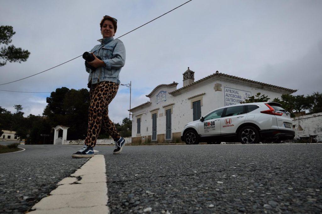 Mulher com o Honda CR-V na estrada