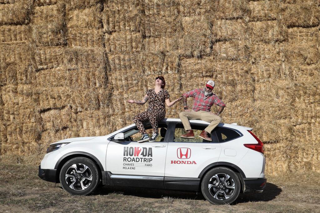 Duas pessoas em cima de um Honda CR-V na Estrada Nacional 2
