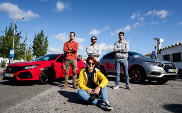 Quatro pessoas com o Honda Civic e o Honda HR-V