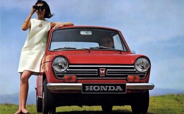 Senhora com binóculos inclinada sobre o Honda N600