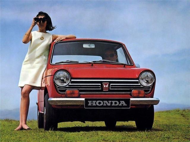 Senhora com binóculos inclinada sobre um Honda N600