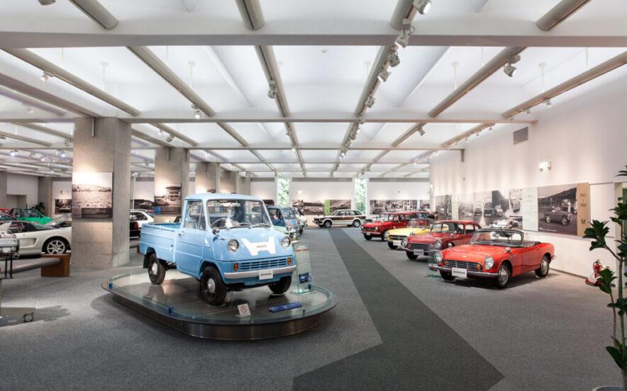 Vário carros expostos no Museu Honda