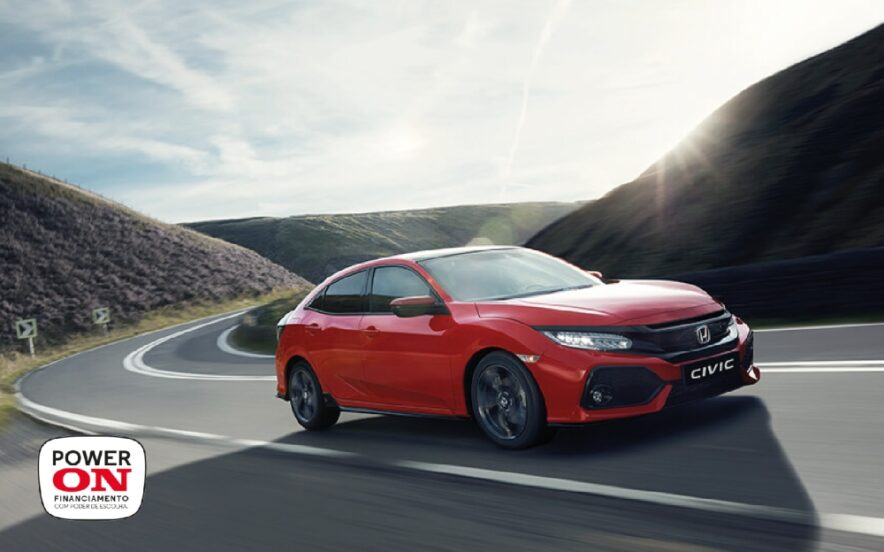 Honda Civic vermelho na estrada