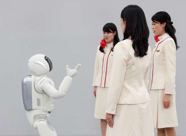 ASIMO a comunicar com três mulheres