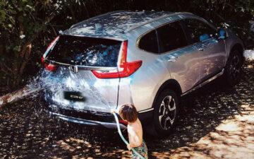 Criança a lavar Honda CR-V Hybrid