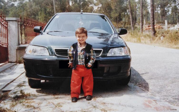 Fábio Bernardino em criança à frente Honda Civic