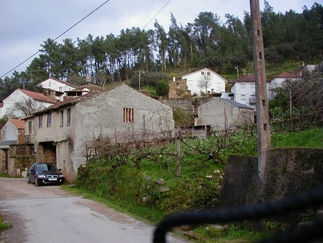 Veículo Honda numa vila portuguesa