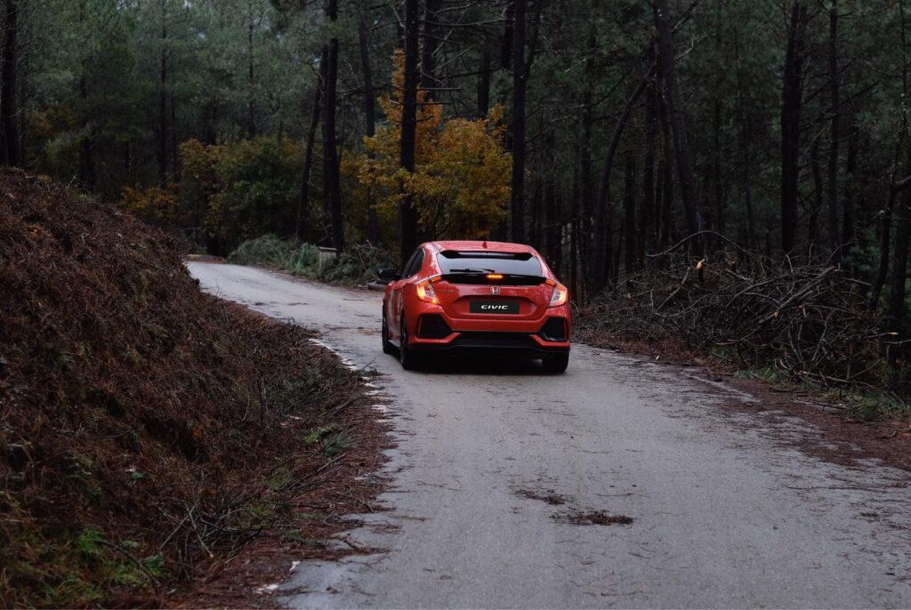 Honda Civic no meio da natureza na Estrada Nacional 2
