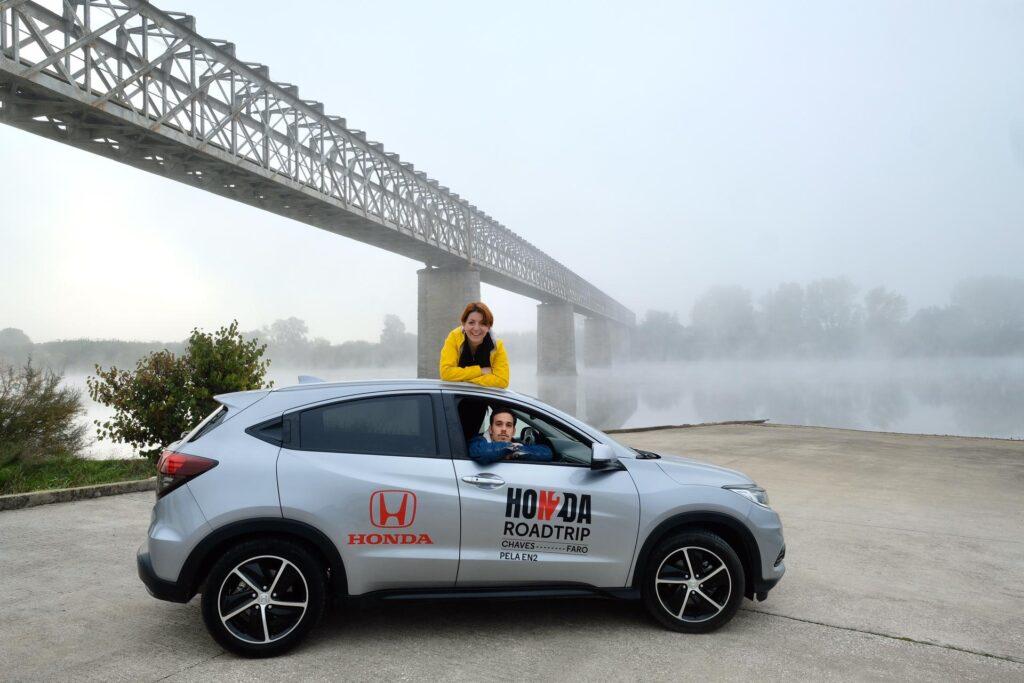 Duas pessoas com o Honda HR-V ao pé de uma ponte com nevoeiro