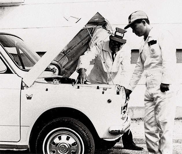 Mecânicos com o Honda N360
