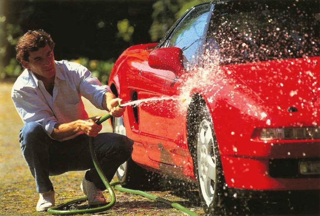 Ayrton Sena a lavar um Honda NSX Vermelho