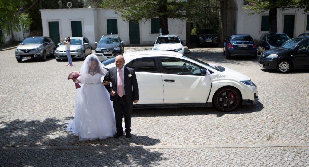Noiva com pai e Honda branco
