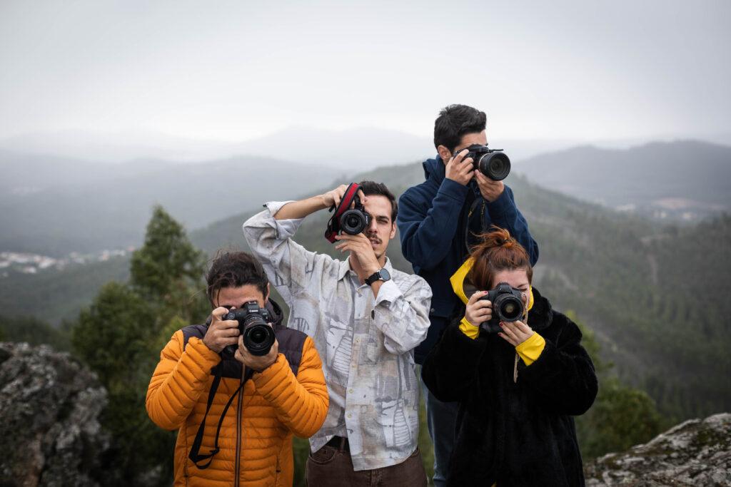 Quatro pessoas com câmaras fotográficas