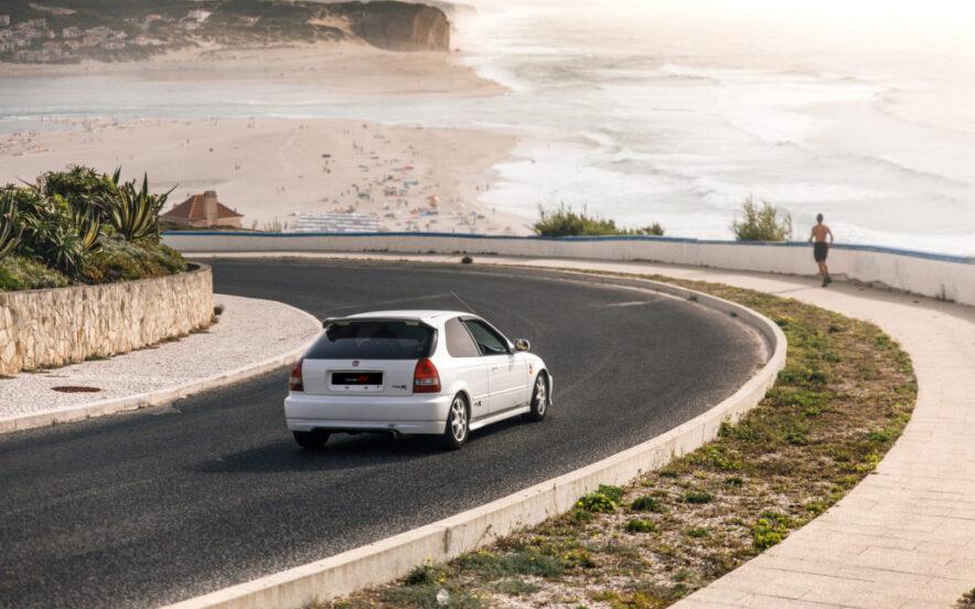 Traseira Honda Civic Type R EK9 em frente a uma praia