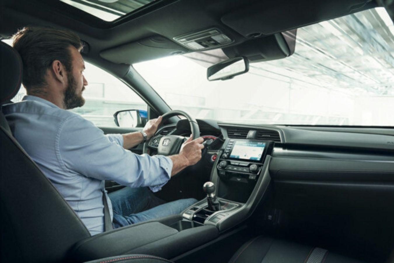 Homem no interior do novo Honda Civic 2020