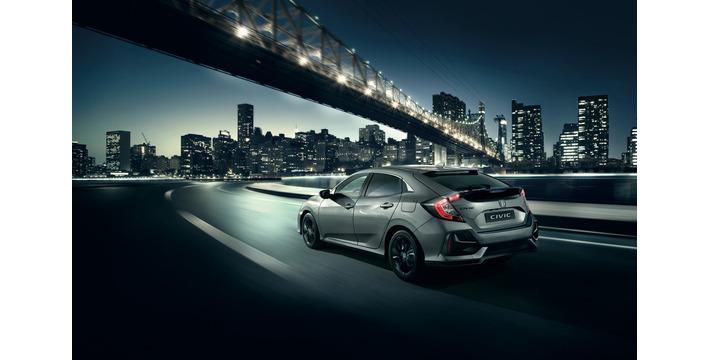 Honda Civic hatchback em cidade à noite