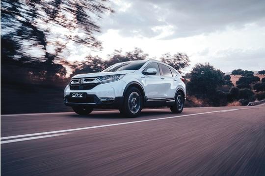 O Honda CR-V Hybrid em branco na estrada