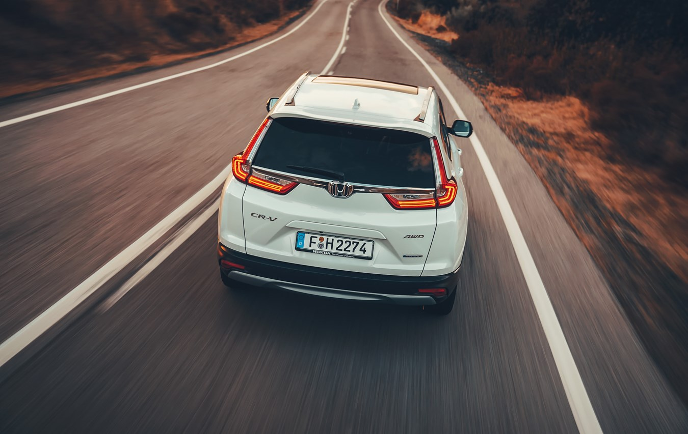 Traseira do Honda CR-V Híbrido na Estrada