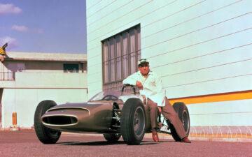 Soichiro Honda com o primeiro carro de Fórmula 1 da Honda