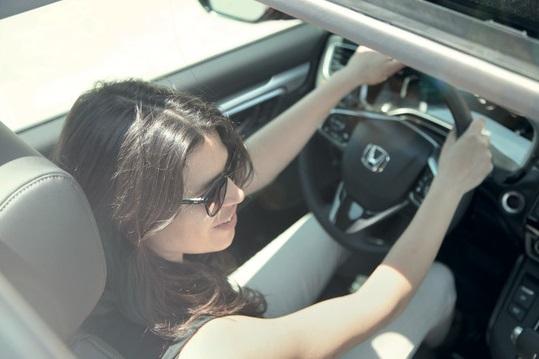mulher no volante de um Honda