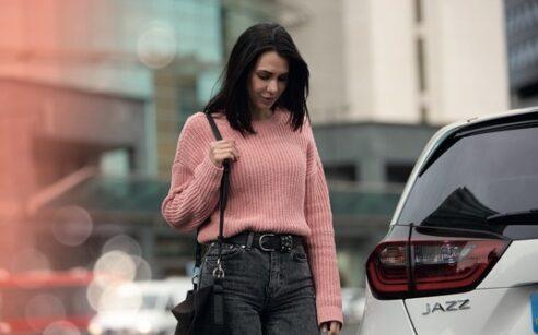 rapariga junto a um carro