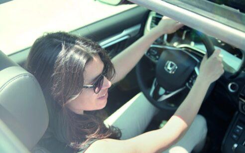 Jovem a conduzir um carro Honda