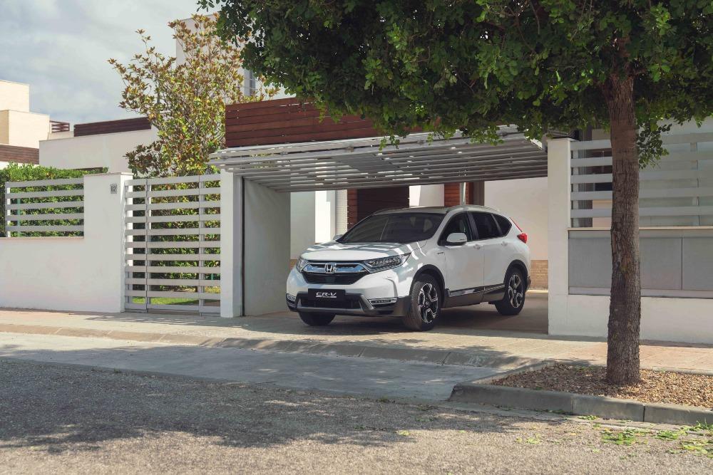 Honda CR-V branco em casa