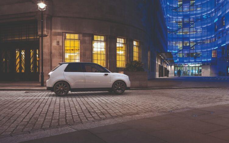 Honda e branco na estrada