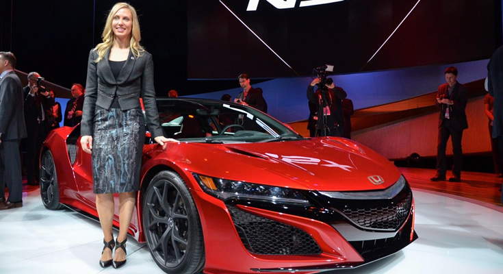 Michelle Christensen ao lado do Honda NSX Vermelho