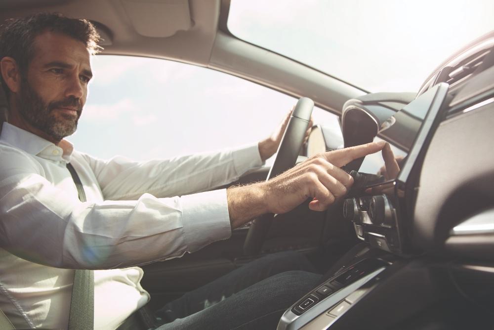 Homem a conduzir Honda CR-V