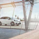 Honda Jazz branco na estrada